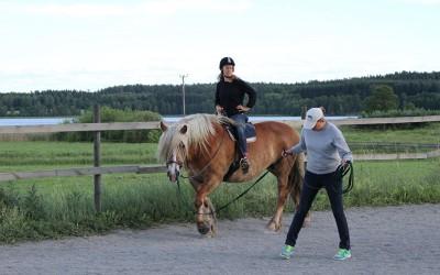 Undervisning pågår. Jenny på Saga och Camilla visar. 18 juni 2014.