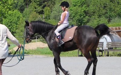 Carolina 8 år galopperar på 27 åriga Excell. 23 maj 2014.