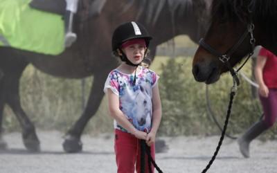 Ovanligt hästdagläger juli 2014. Mira håller i Sprättur.
