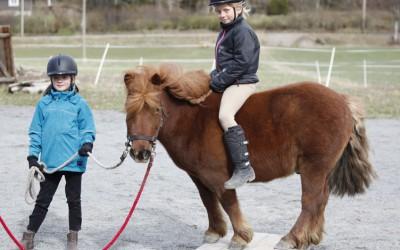 Ovanligt hästdagläger 13 april 2014. Siri håller i och Carolina sitter på Lukas.