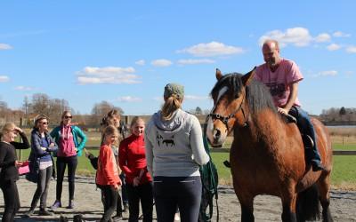 Föräldrarna upskattade att få prova voltige. Stockholms Voltige-träningsdag på Ängen. 10 april 2016.