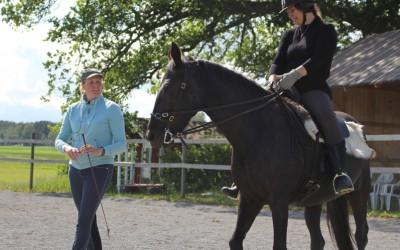 Ar-kurs 14 juni 2015. Kikki på Flisan och Camilla på marken.