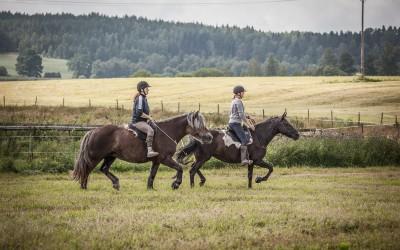 Hanna på Safir & Camilla på Flisan, rider utan träns. 26 juli 2015.