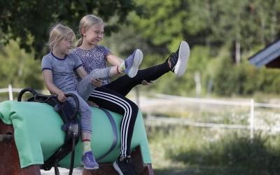 Voltigeläger 3 dagar 2018. Sloveig & Elly på träshästen.