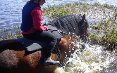 Selma badar med Bellman i Avlasjön. 15 maj 2013