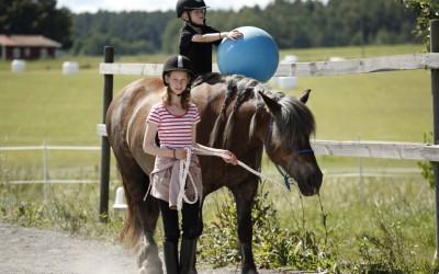 Wilhelm rider med boll på Safir. Nelly leder. Ovanligt hästdagläger juli 2012