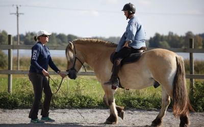 Ar-kurs på Ängen 14 sep 2014. Camilla för och Lena sitter sin egna häst- Börje.