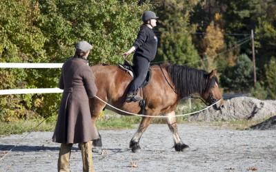 En härlig sitstränings bild. Madde på Hubbe. okt 2009. Camilla håller linan.
