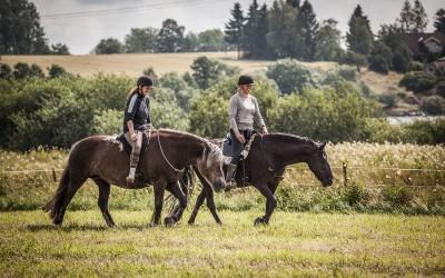 Hanna på safir & Camilla på Flisan rider utan träns. 26 juli 2015.